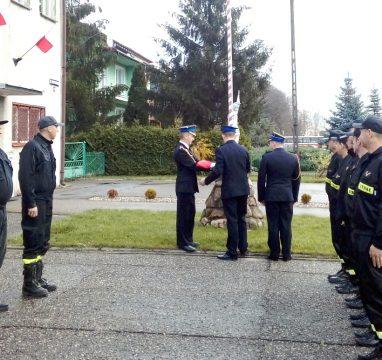 Podniesienie flagi państwowej na maszt w JRG Międzyrzecu Podlaskim