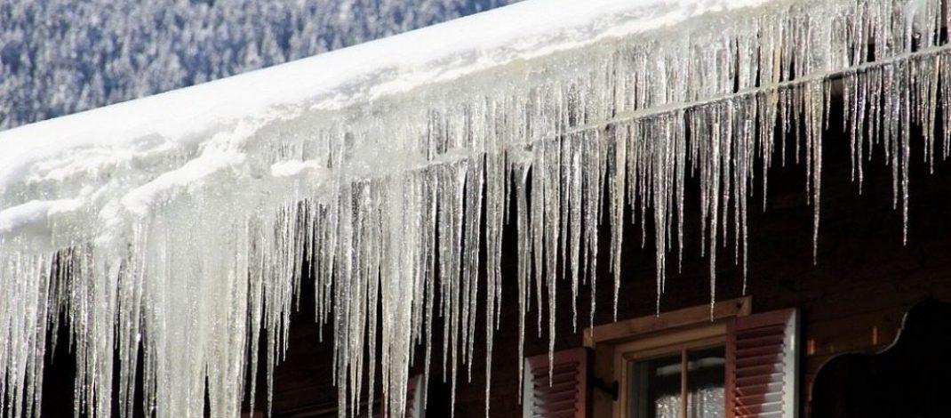 Obowiązek usuwania śniegu i nawisów lodowych z dachu